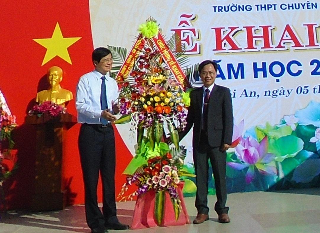 Bí thư tỉnh ủy Nguyễn Ngọc Quang chúc mừng năm học mới và gióng hồi trống khai trường tại trường THPT chuyên Lê Thánh Tông.
