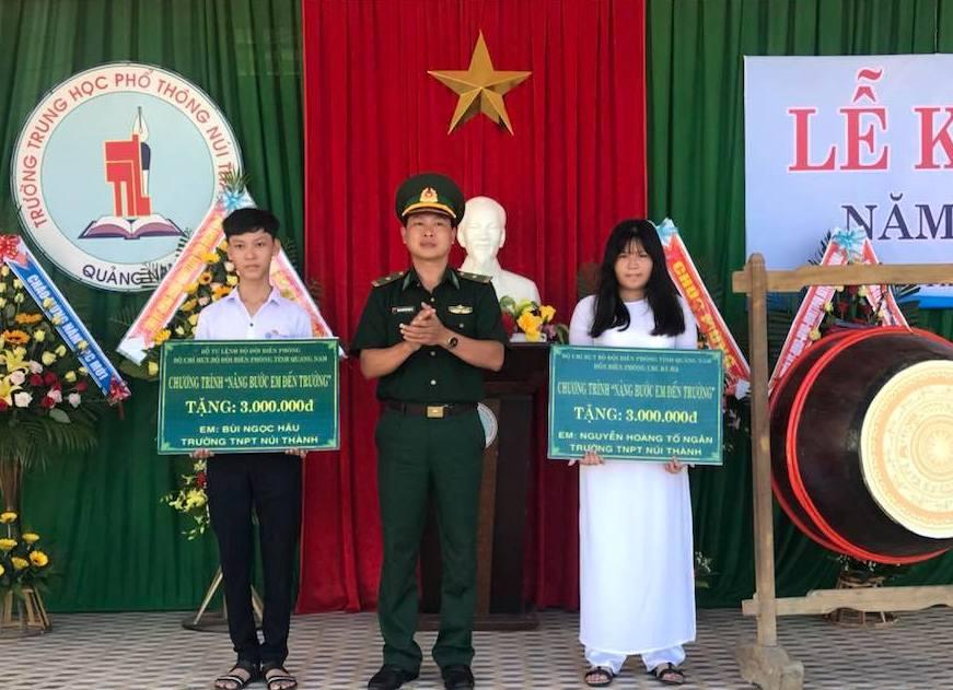 Đồn Biên phòng cửa khẩu Cảng Kỳ Hà trao học bổng cho học sinh tại trường THPT Núi Thành.