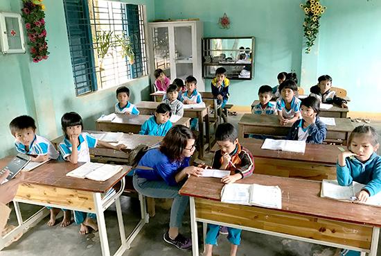 Học sinh Trường Tiểu học Trà Kót trong một giờ lên lớp.Ảnh: VINH ANH