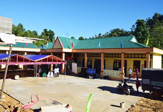 Trường học khu dân cư làng Khe Chữ được xây dựng khang trang. Ảnh: T.T