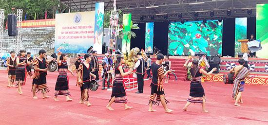 Biểu diễn văn nghệ rước biểu tượng sâm Ngọc Linh tại lễ hội sâm núi Ngọc Linh lần 8.2018. Ảnh: H.L
