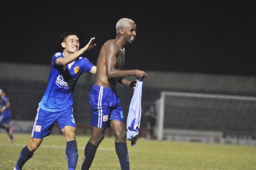 Pha ăn mừng bàn thắng nâng tỷ số lên 2-1 của Olivera. Ảnh: T.V