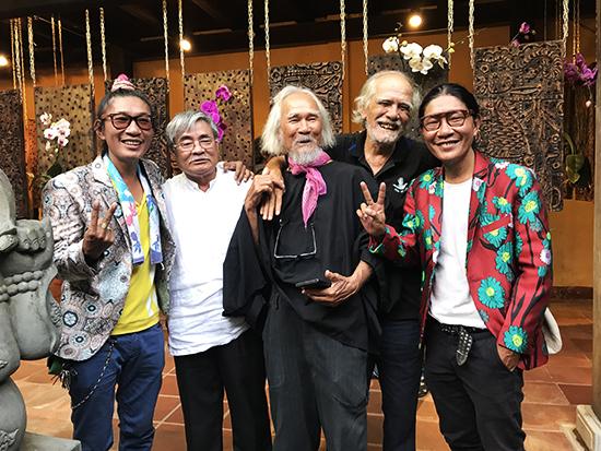 Nhà thơ Nguyễn Duy người thứ 2, (từ trái) cùng các văn nghệ sĩ chụp ảnh lưu niệm cùng với 2 nghệ sĩ hai đầu tại triển lãm.Ảnh: MINH HẢI