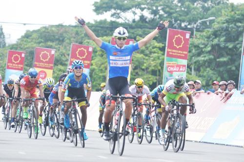 Tay đua Im Jaeyeon của Korail Cycle (Hàn Quốc) ăn mừng chiến thắng khi về đích. Ảnh: T.V