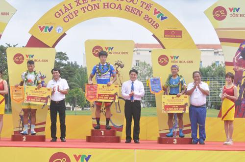 Trao giải nhất, nhì, ba chặng 8 tại Quảng Nam cho các tay đua. Ảnh: T.V
