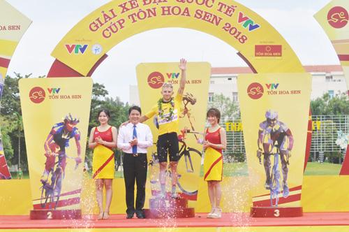 Phó Chủ tịch UBND tỉnh Trần Văn Tân trao áo vàng sau 8 chặng cho David van Eerd của Global Cycling (Hà Lan). Ảnh: T.V