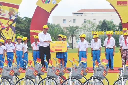 Ban chức giải trao 20 chiếc xe đạp cho học sinh nghèo Quảng Nam. Ảnh: T.V