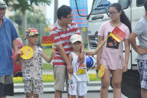 Khán giả Quảng Nam, trong đó có nhiều trẻ em bất chấp cái nắng nóng vẫn nhiệt tình cổ vũ cho đoàn đua. Ảnh: T.V