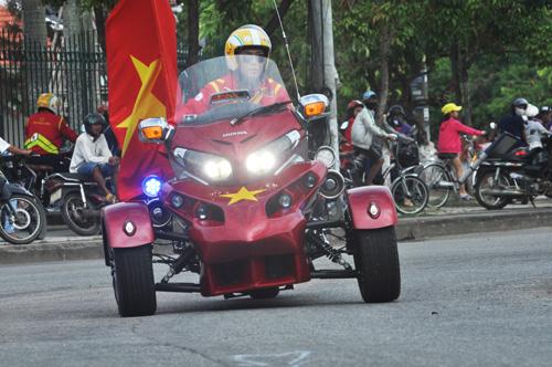 Vừa xem đua xe đạp, người hâm mộ xứ Quảng còn có dịp xem các mô tô khủng làm nhiệm vụ dẫn đoàn đua.Ảnh: T.v