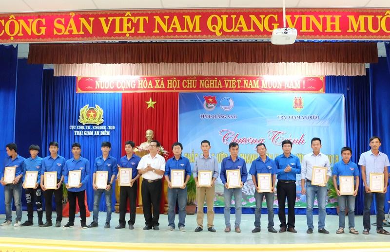 Tỉnh đoàn khen thưởng cho 16 thanh niên hoàn lương tiến bộ. Ảnh: M.L