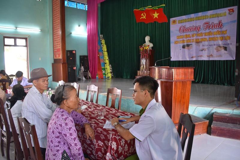 Khám bệnh, phát thuốc miễn phí cho người dân xã Đại Hưng. Ảnh: M.L