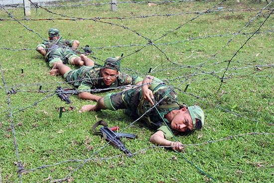 Trinh sát Tiểu đoàn 32 huấn luyện khắc phục vật cản. Ảnh: NGỌC DIỆP