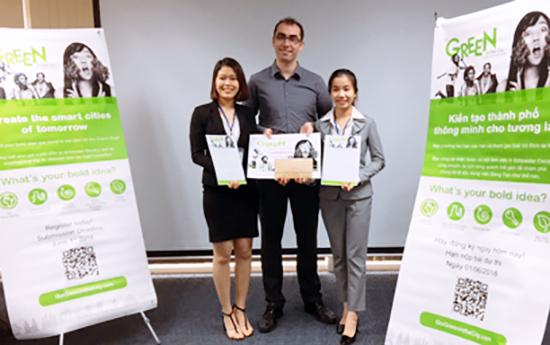 Đội SV Trường Đại học Duy Tân nhận giải Vô địch quốc gia Cuộc thi Go Green in the City 2018 gồm Nguyễn Thị Thanh (bên trái) và Đoàn Thị Thu Hà (bên phải).