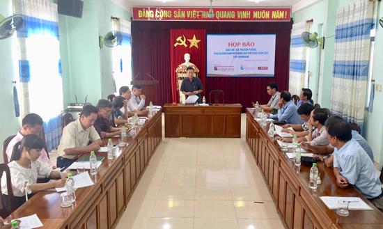 Lãnh đạo Báo Quảng Nam thông tin đến báo chí về Giải Việt dã năm nay. Ảnh: PHAN VINH