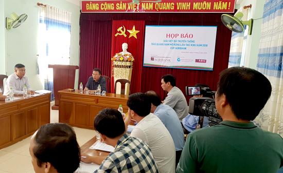 Báo chí tác nghiệp tại buổi họp báo. Ảnh: HOÀNG LY
