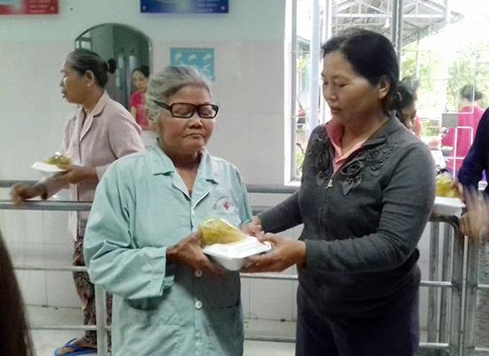 Hội viên phụ nữ thôn Đông Lâm trao suất ăn tận tay người bệnh. Ảnh: NGUYỄN THỊ TUYẾT