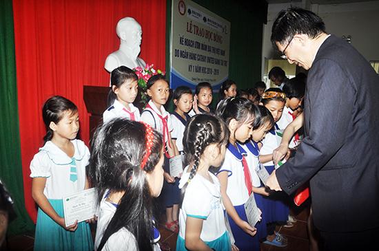 Ông Juan Feng Li trao học bổng cho học sinh. Ảnh: X.P