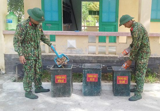 Ba thùng phân loại rác của Trung đoàn 971. Ảnh: N.D