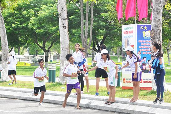 Với sức trẻ, những màn so tài của học trò ở giải Việt dã truyền thống Báo Quảng Nam hàng năm luôn diễn ra hấp dẫn. Ảnh: T.V