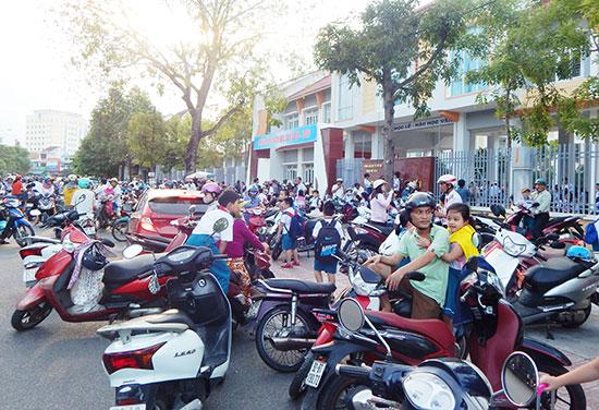 Tình trạng mất an toàn giao thông khu vực trước cổng Trường Tiểu học Võ Thị Sáu (TP.Tam Kỳ). Ảnh: V.L