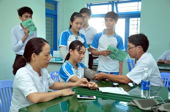 Học sinh Trường THPT Huỳnh Thúc Kháng (Tiên Phước) được khám sức khỏe trước năm học mới. Ảnh: D.L