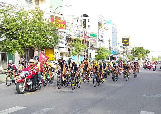 Giải đua xe đạp quốc tế Cúp Tôn Hoa Sen 2018 ngang qua TP.Tam Kỳ được nhiều người xem và cổ vũ. Ảnh: A.DÂN