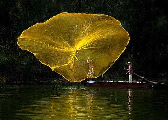 """Những """"cánh hoa"""" được ngư dân vẽ trên sông."""