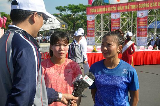 Hai VĐV Phạm Thị Huệ (bên trái) và Nguyễn Thị Oanh (bên phải) từng vô địch SEA Games nhiều năm qua tham gia giải Việt dã Báo Quảng Nam. Ảnh: A.N