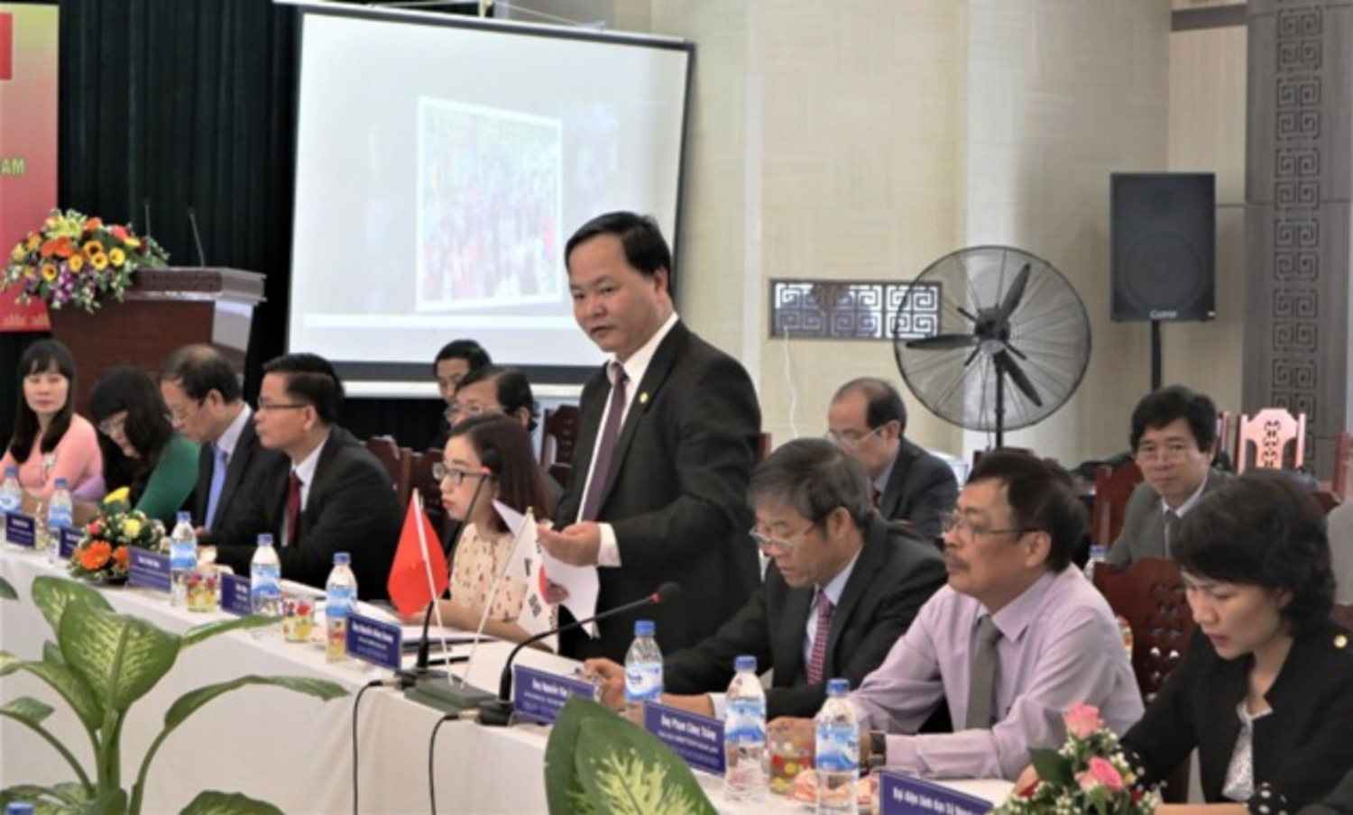 Chaiman of the Tam Ky city's People Committee Nguyen Hong Quang gives a speech at the meeting.
