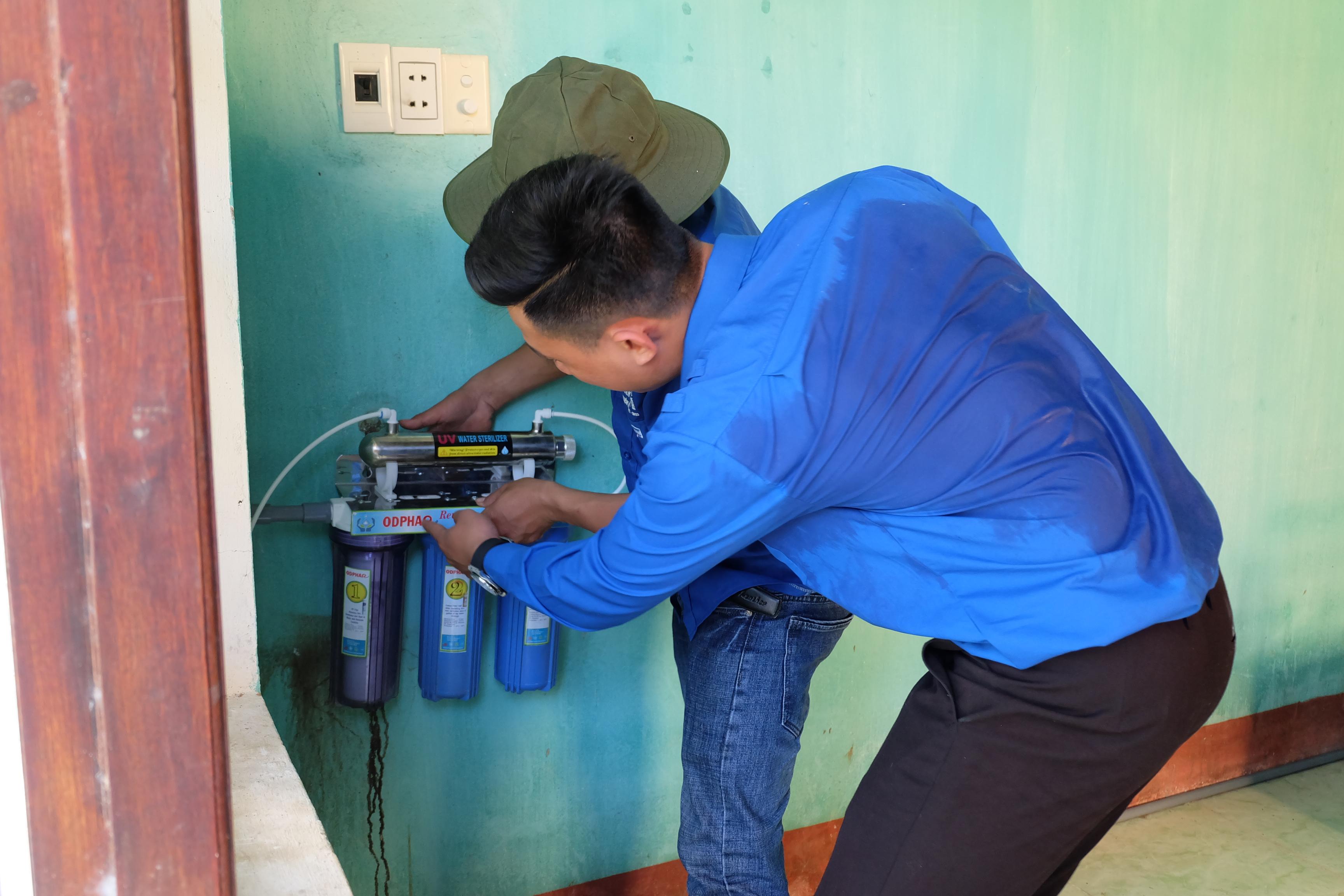 Lắp đặt hệ thống nước sạch RO tại Trường TH&THCS Trần Cao Vân, phân hiệu thôn An Mỹ, xã Thăng Phước. Ảnh: M.L