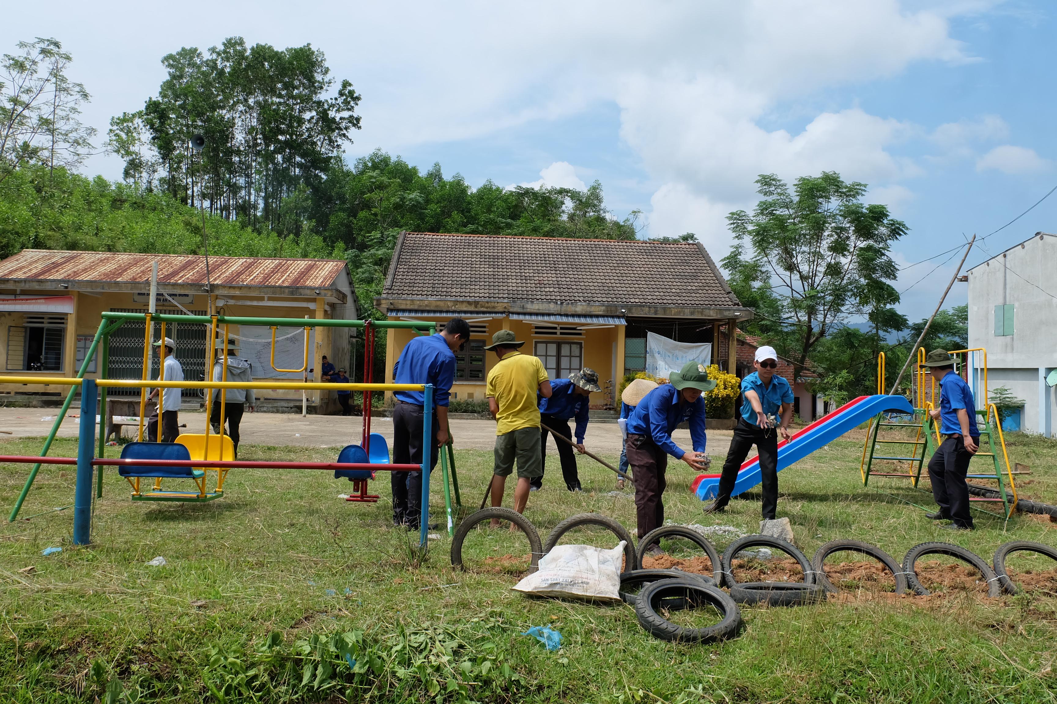 Xây dựng khu vui chơi tại nhà sinh hoạt cộng đồng thôn An Mỹ, xã Thăng Phước. Ảnh: M.L