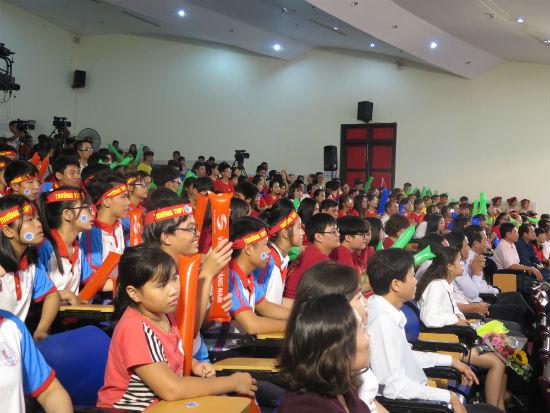Khán giả nhiệt tình cổ vũ cho các thí sinh