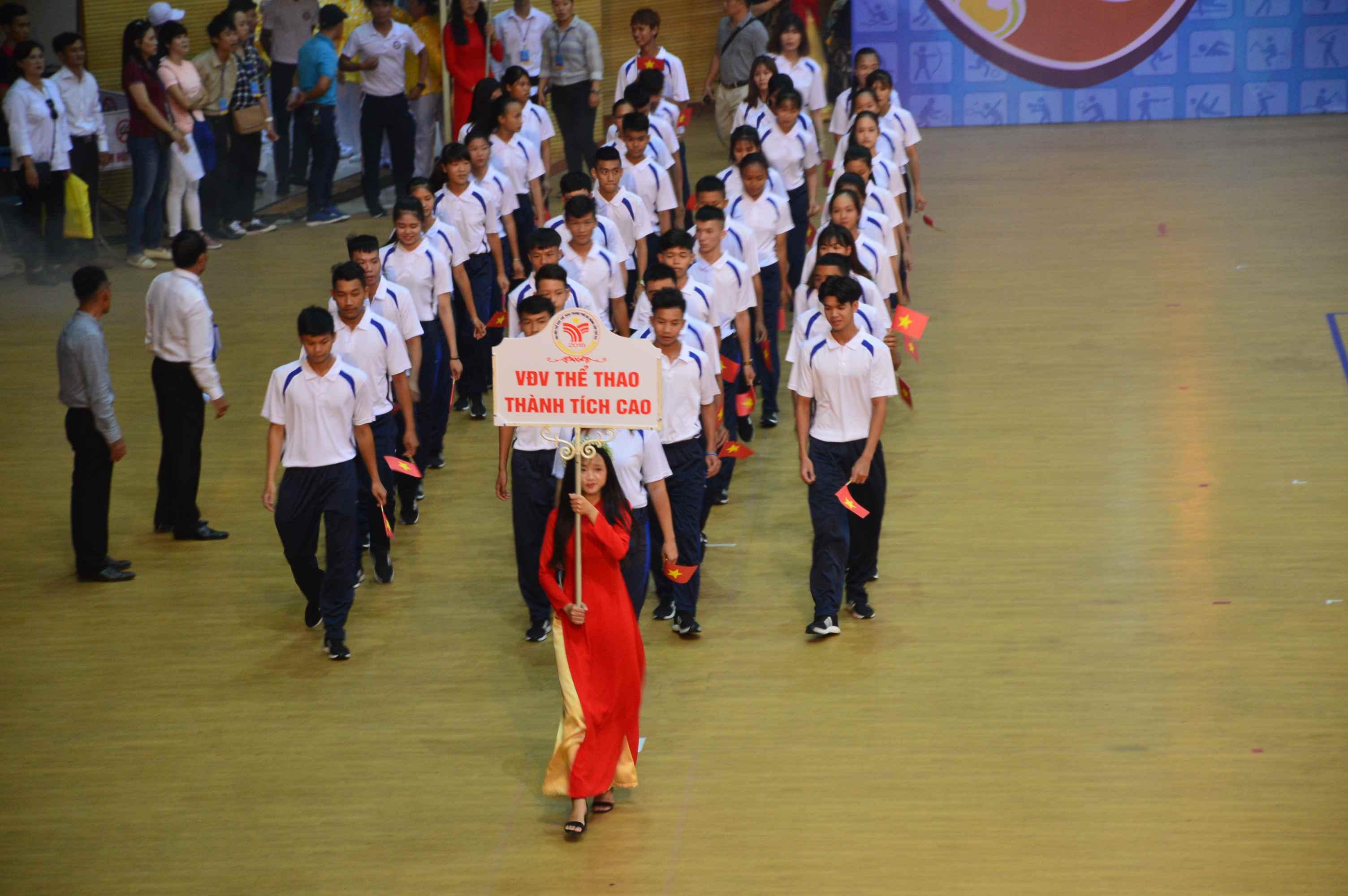 Các vận động viên thành tích cao của TP.Đà Nẵng diễu hành. Ảnh: Q.T