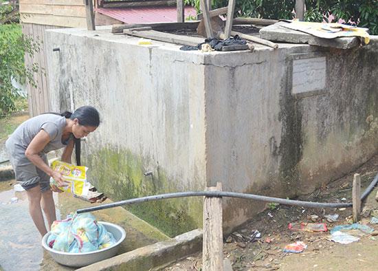Người dân miền núi gặp khó về nước sạch. Ảnh: Quang Việt