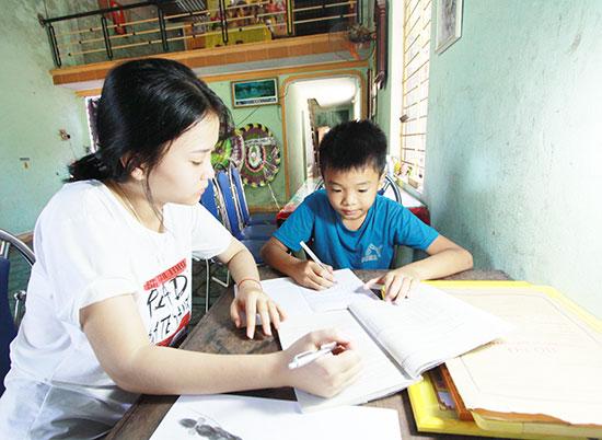 Thùy Dung kèm em trai học hành những lúc được về nhà. Ảnh: T.THẮNG