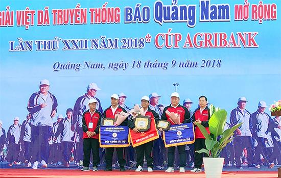 Nhà báo Lê Văn Nhi - Tổng Biên tập Báo Quảng Nam tặng hoa các đơn vị tài trợ.