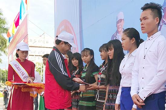 Ban tổ chức trao 20 suất học bổng, mỗi suất 2 triệu đồng cho học sinh khó khăn của Trường THPT Võ Chí Công (xã A Xan, Tây Giang).