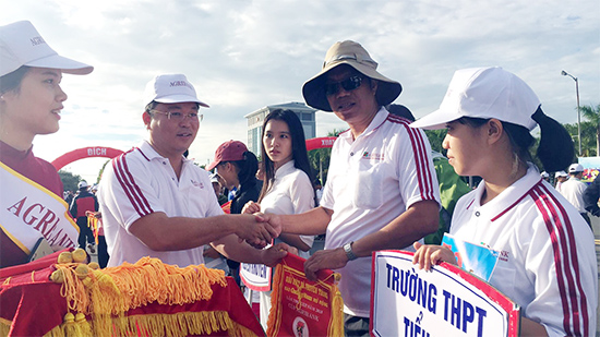 Các thành viên Ban tổ chức và lãnh đạo UBND tỉnh, các sở ngành trao cờ lưu niệm cho các đoàn.