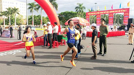 Vận động viên Lê Quang Hòa - đoàn Quảng Trị về nhất nội dung 10.000m nam đội tuyển các tỉnh thành phố.