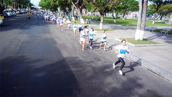 Những VĐV nữ khối THPT trên đường chạy.