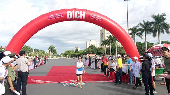 VĐV Nguyễn Ngọc Anh Thư - Trường THPT Sào Nam (Duy Xuyên) về nhất khối nữ 1.500m. Đặc biệt, nữ VĐV này chỉ chạy chân trần trong suốt 1.500m.