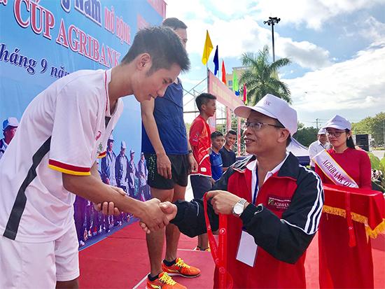 Ông Lê Văn Nhi - Tổng Biên tập Báo Quảng Nam, trưởng Ban tổ chức giải trao huy chương cho các vận động viên cự ly 10.000m nam.