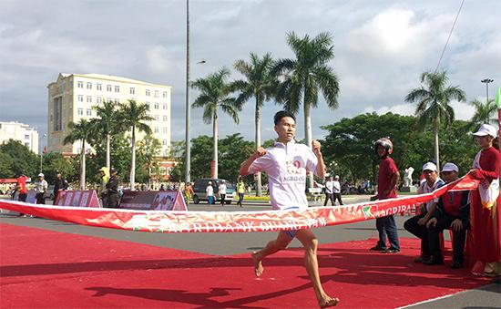 VĐV Đoàn Ngọc Thịnh - Trường THPT Hồ Nghinh (Duy Xuyên) đã về nhất khối 2000m nam các trường THPT.