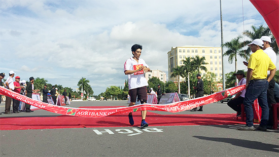 VĐV Nguyễn Văn Tiểu - Sở GD-ĐT về nhất cự ly 2.000 nam khối các sở ban ngành.