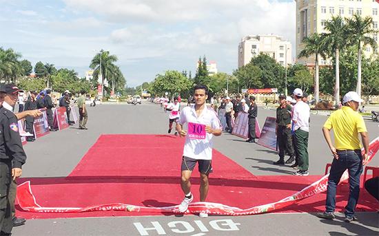 VĐV Tơ Ngol Quốc - Công an tỉnh về đích đầu tiên ở cự ly  3.000m nam học sinh - sinh viên, lực lượng vũ trang và cũng là nội dung thi đấu cuối cùng của giải.