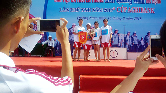 Đoàn VĐV Duy Xuyên chụp ảnh lưu niệm tại giải.