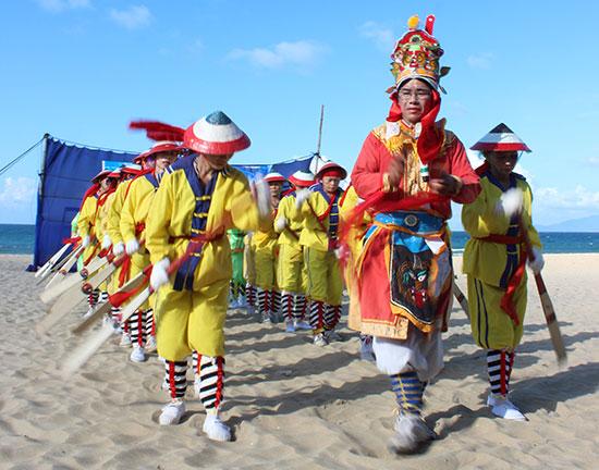 Hát bả trạo trong lễ hội cầu ngư ở Điện Dương. Ảnh: V.L
