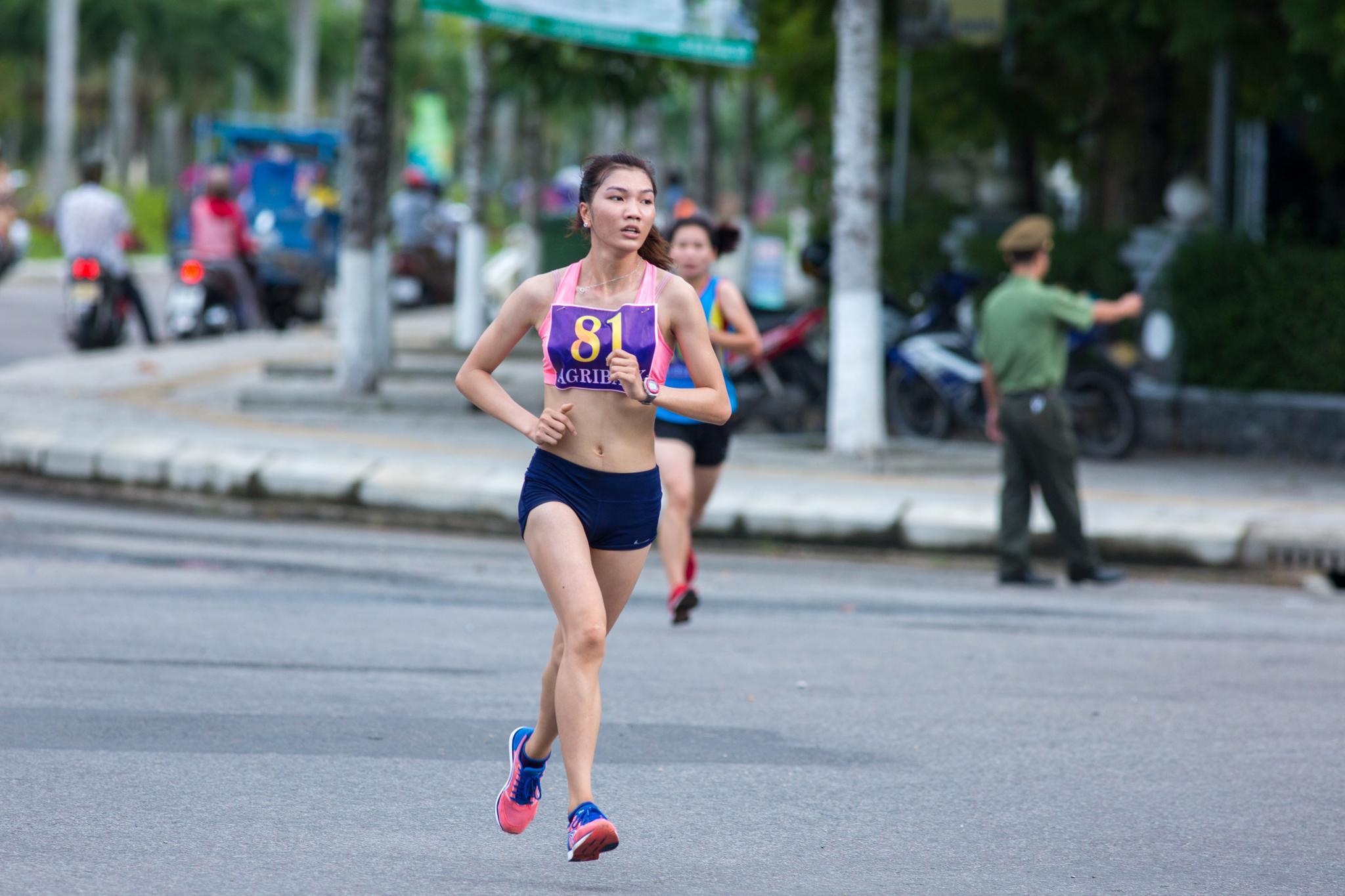 Một nữ VĐV trên đường chạy