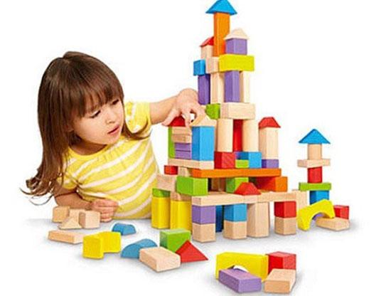 Phụ huynh nên lựa chọn đồ chơi an toàn cho con.
