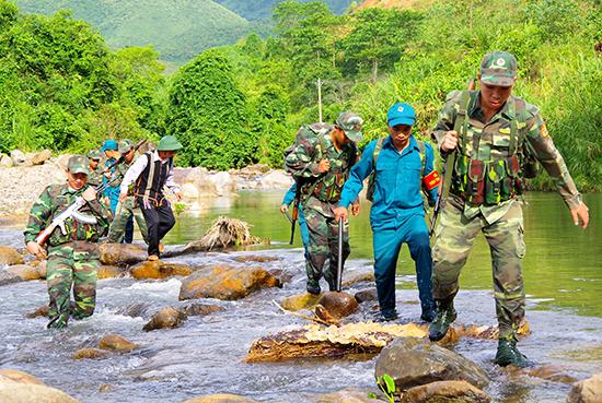 Thành viên Tổ tự quản đường biên, mốc giới xã Chơ Chun (Nam Giang) tham gia cùng lực lượng Bộ đội Biên phòng làm nhiệm vụ tuần tra biên giới. Ảnh: Đ.N
